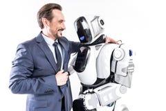Vrolijke glimlachende mens die cyborg omhelzen royalty-vrije stock afbeeldingen