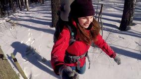 Vrolijke glimlachende positieve toerist die in een diepe sneeuw lopen takinh selfie stock videobeelden