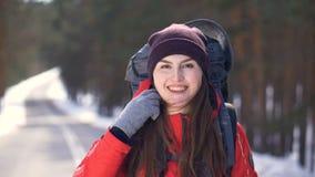 Vrolijke glimlachende positieve vrouwelijke wandelaar die camera onderzoeken stock footage