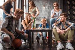 Vrolijke groep pret hebben thuis, popcorn eten en vrienden die samen van genieten Royalty-vrije Stock Afbeelding