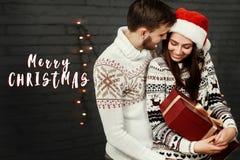 Vrolijke het tekengroet van de Kerstmistekst met modieus gelukkig paarverstand Royalty-vrije Stock Foto's