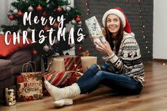 Vrolijke het tekengroet van de Kerstmistekst met mooie gelukkige vrouw ho Royalty-vrije Stock Foto