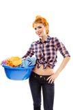 Vrolijke huisvrouw die de wasmand houden Stock Foto