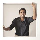 Vrolijke Indische mens in zwart overhemd royalty-vrije stock foto
