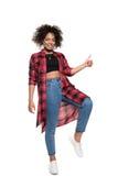 Vrolijke jonge Afrikaanse Amerikaanse vrouw die duim tonen en bij camera glimlachen Royalty-vrije Stock Foto's