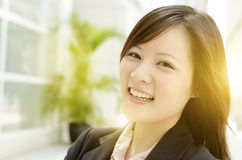 Vrolijke jonge Aziatische bedrijfsvrouw Stock Foto's