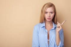 Vrolijke jonge blonde vrouw in mannelijke kleding Stock Afbeelding