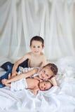 Vrolijke jonge geitjes thuis royalty-vrije stock fotografie