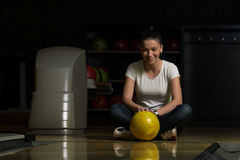 Vrolijke Jonge het Kegelenbal van de Vrouwenholding Royalty-vrije Stock Foto's