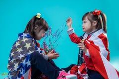 Vrolijke jonge meisjes die met decoratie voor viering spelen stock fotografie