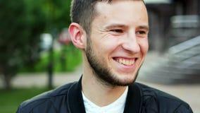 Vrolijke jonge mens, lach bij de camera, levensstijlconcept, close-upportret stock footage