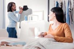 Vrolijke jonge naaisters die samenwerken stock afbeelding