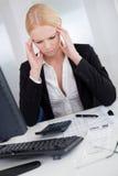 Vrolijke jonge onderneemster met hoofdpijn stock afbeelding