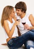 Vrolijke jonge paar het drinken wijn Stock Afbeelding
