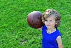 Vrolijke jonge speler met een basketbal Royalty-vrije Stock Afbeelding