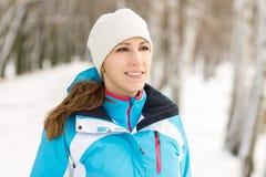 Vrolijke jonge sportvrouw bij de winter openluchtactiviteit Royalty-vrije Stock Afbeeldingen