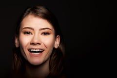 Vrolijke Jonge Volwassen Europese Vrouw die - Voorraadbeeld glimlachen royalty-vrije stock fotografie
