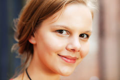 Vrolijke jonge vrouw stock foto