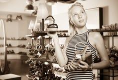 Vrolijke jonge vrouw die uit twee paren schoenen selecteren Stock Foto