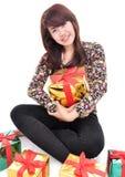 Vrolijke jonge vrouw die vele giften omhelzen Stock Foto