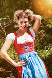 Vrolijke jonge vrouw in dirndl Royalty-vrije Stock Foto