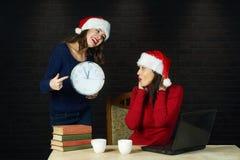 Vrolijke jonge vrouw in Kerstman` s hoeden stock foto's