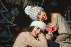 Vrolijke jonge vrouw in Kerstman` s hoeden stock afbeelding