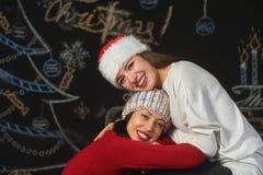Vrolijke jonge vrouw in Kerstman` s hoeden royalty-vrije stock foto's