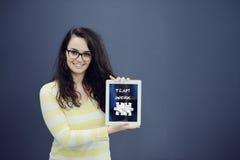 Vrolijke jonge vrouw met achtergrond met getrokken bedrijfsgrafiek, pijl en pictogrammen Royalty-vrije Stock Fotografie