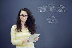 Vrolijke jonge vrouw met achtergrond met getrokken bedrijfsgrafiek, pijl en pictogrammen Stock Fotografie