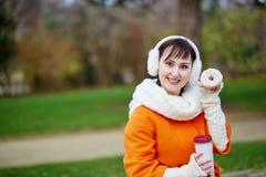 Vrolijke jonge vrouw met doughnut Stock Foto's