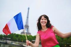 Vrolijke jonge vrouw met Franse nationale vlag stock afbeelding