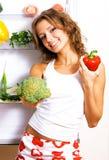 Vrolijke jonge vrouw met verse groenten Royalty-vrije Stock Fotografie