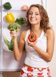 Vrolijke jonge vrouw met verse groenten stock afbeelding