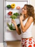Vrolijke jonge vrouw met verse groenten stock fotografie