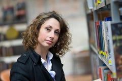 Vrolijke jonge vrouw in openbare bibliotheek Royalty-vrije Stock Afbeelding