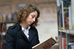 Vrolijke jonge vrouw in openbare bibliotheek Stock Foto