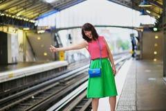 Vrolijke jonge vrouw in Parijse ondergronds royalty-vrije stock afbeeldingen