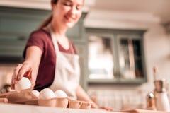 Vrolijke jonge vrouwen kokende koekjes met genoegen royalty-vrije stock foto's