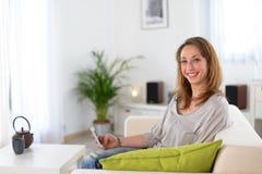 Vrolijke jonge vrouwen thuis Stock Foto's