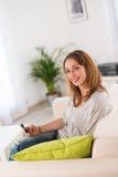 Vrolijke jonge vrouwen thuis Royalty-vrije Stock Afbeelding
