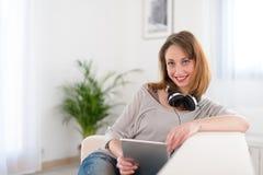 Vrolijke jonge vrouwen thuis Stock Foto