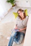 Vrolijke jonge vrouwen thuis Royalty-vrije Stock Foto's