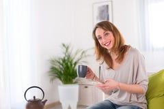 Vrolijke jonge vrouwen thuis Stock Afbeeldingen