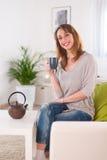 Vrolijke jonge vrouwen thuis Stock Fotografie