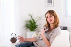Vrolijke jonge vrouwen thuis Stock Afbeelding