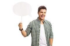 Vrolijke kerel die een toespraakbel houden Stock Fotografie