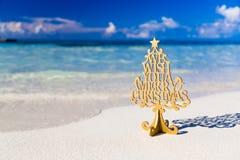 Vrolijke Kerstboom en het wensen van decoratie, in een strand Stock Afbeelding