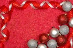 Vrolijke Kerstkaart met rode en zilveren ballen Stock Foto