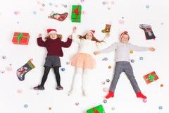 Vrolijke Kerstmis 2016! Black Friday 2016! Leuke kleine jonge geitjes Royalty-vrije Stock Foto's
